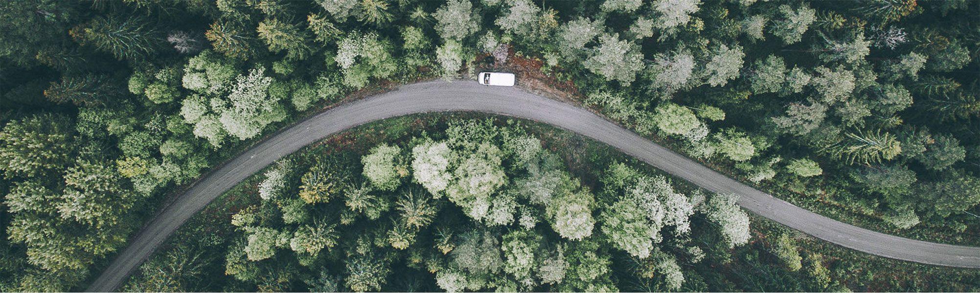 Panorámica de una carretera del curso audiovisual con drones