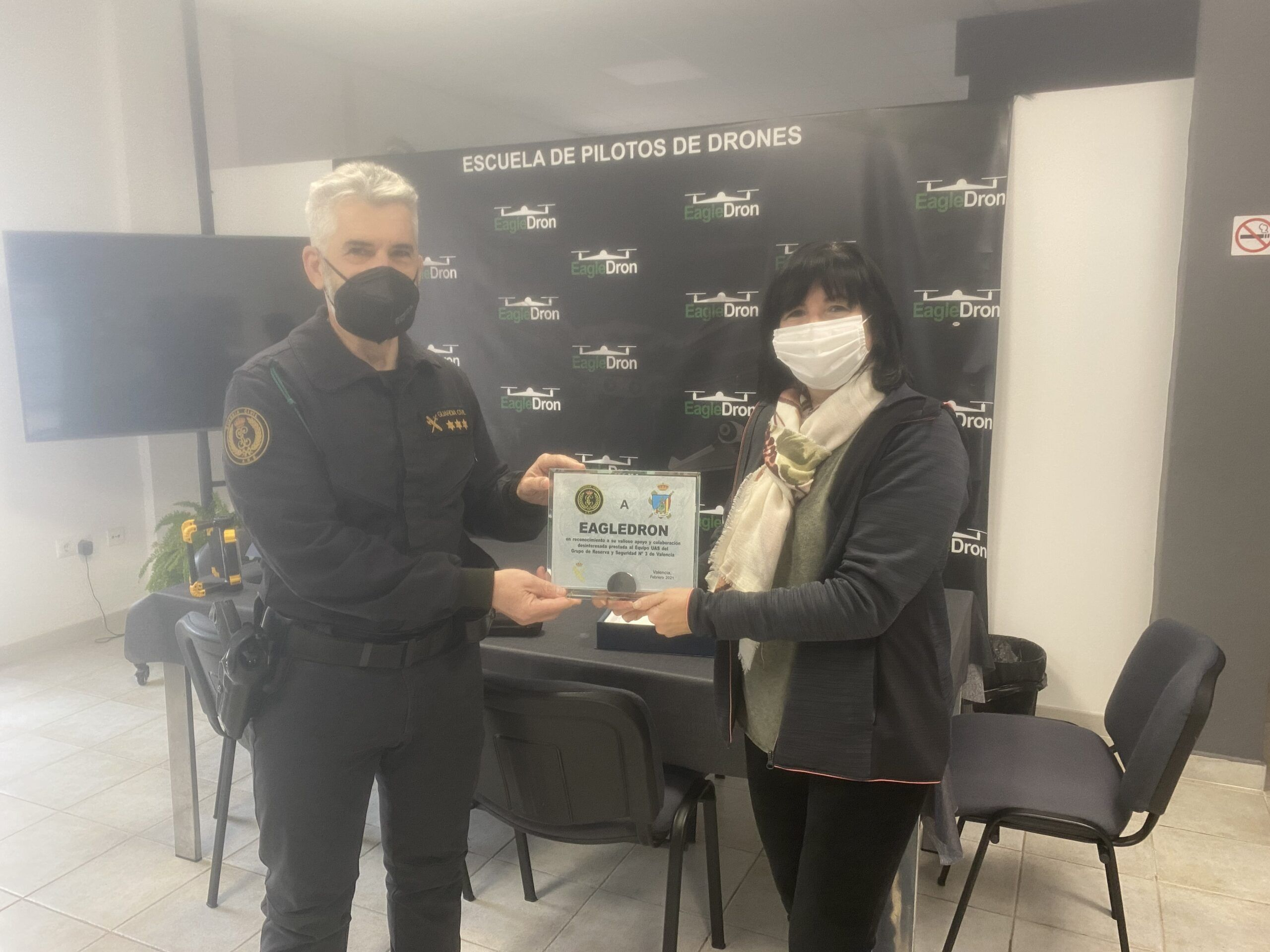 Entrega de la placa Guardia Civil en agradecimiento a EagleDron